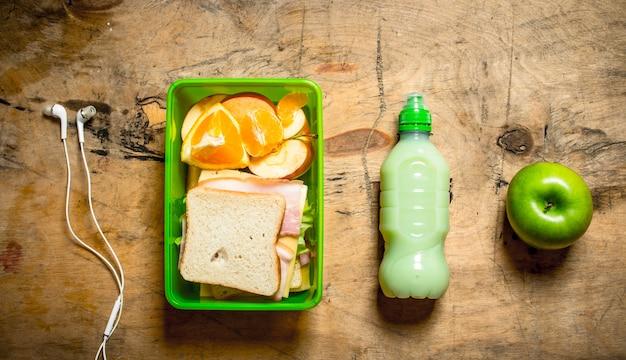 Conjunto de manhã. sanduíches com fiambre e queijo, um milkshake e fruta.