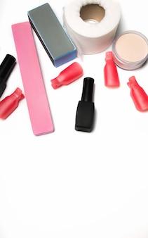 Conjunto de manicure. ferramentas, lixa de unha, esmalte em gel, pó acrílico em um fundo branco. espaço para texto