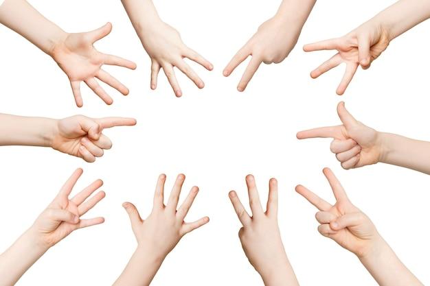 Conjunto de mãos de criança brancas mostrando números contando