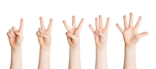 Conjunto de mãos infantis mostrando figuras contando isoladas