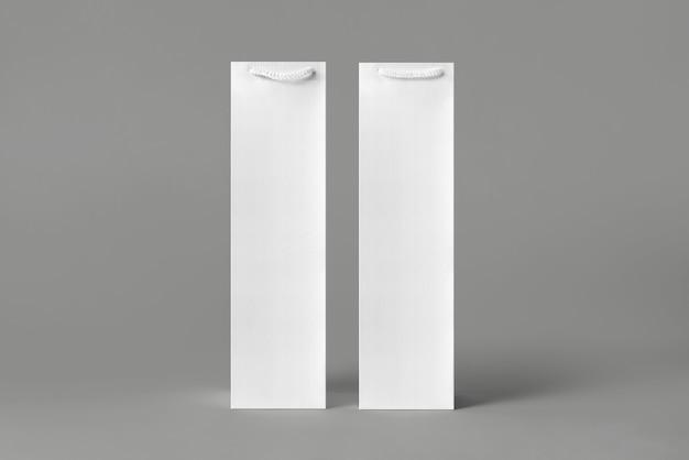 Conjunto de maquete de saco de garrafa de vinho branco alta em branco, isolado, renderização em 3d. bolsa de transporte vazia para simulação de vinho ou vodka. embalagem de papel transparente adequada para a marca da loja.