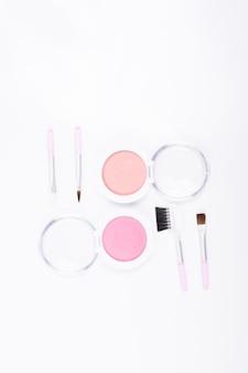 Conjunto de maquiagem blush isolado no fundo branco