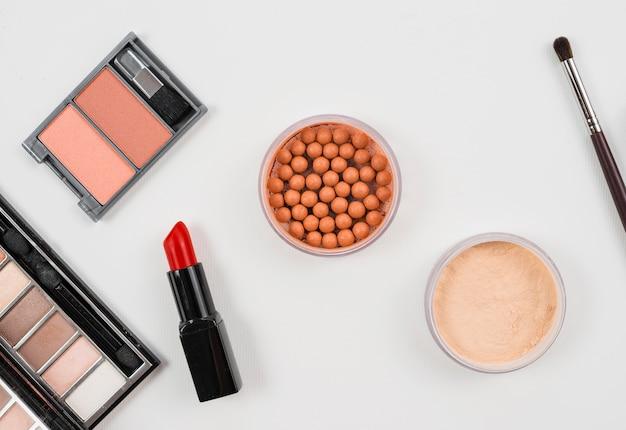 Conjunto de maquiagem e acessórios cosméticos em fundo branco