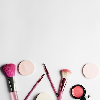 Conjunto de maquiagem e espaço no topo