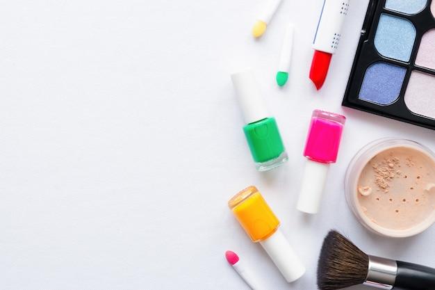 Conjunto de maquiagem em um fundo branco com espaço para texto