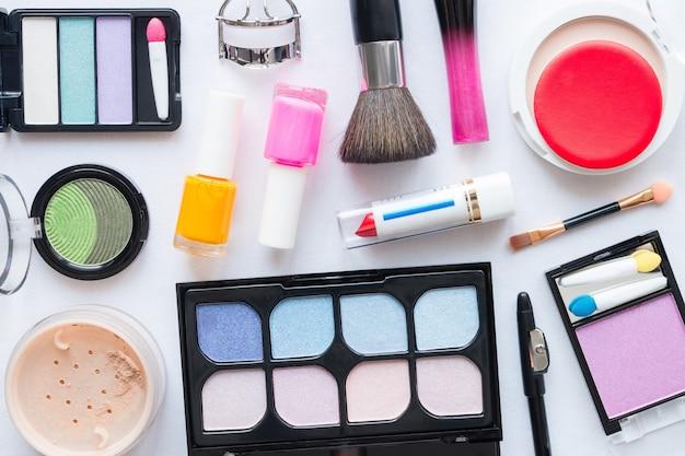 Conjunto de maquiagem em um fundo branco