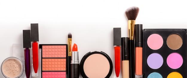 Conjunto de maquiagem, pincéis e cosméticos. vista superior com espaço de cópia.