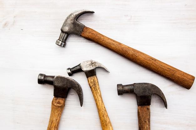 Conjunto de martelo velho vintage no fundo do assoalho de madeira