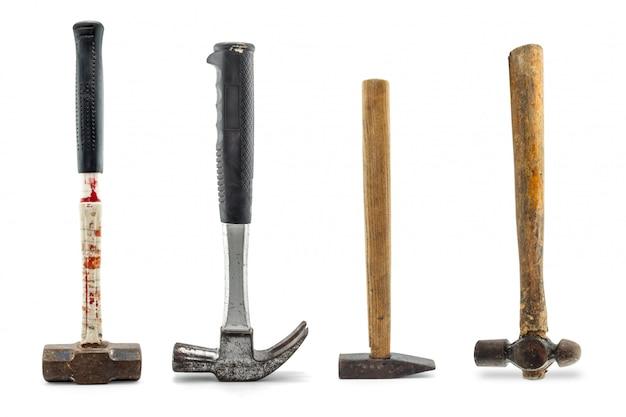 Conjunto de martelos velhos isolado em um fundo branco