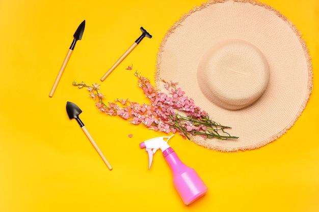 Conjunto de materiais de jardinagem com flores na cor de fundo