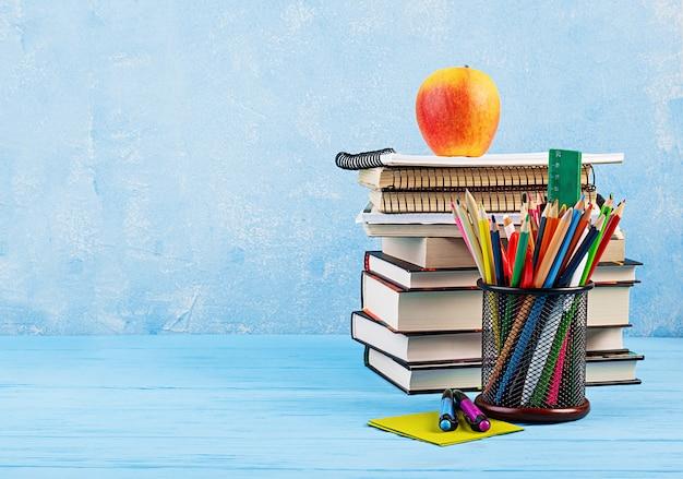 Conjunto de material escolar colorido, livros e cadernos. acessórios de papelaria.