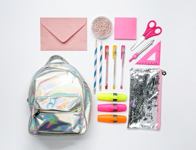 Conjunto de material escolar com mochila isolada