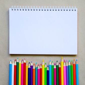 Conjunto de material escolar estacionário para escrita criativa e desenho, copyspace, volta ao conceito de escola