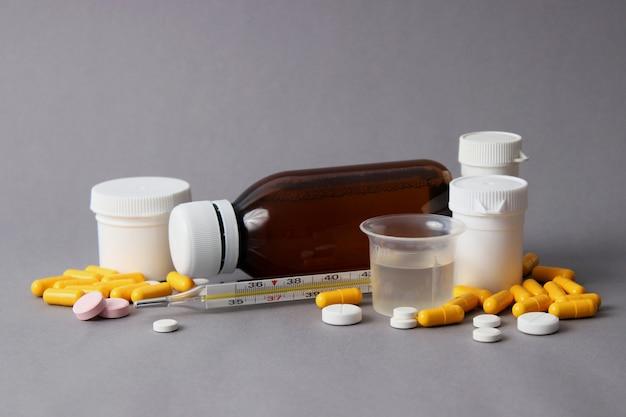 Conjunto de medicamentos em um fundo colorido close-up. foto de alta qualidade