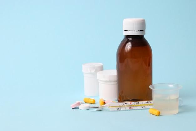 Conjunto de medicamentos em um fundo colorido close-up