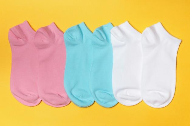 Conjunto de meias curtas em amarelo