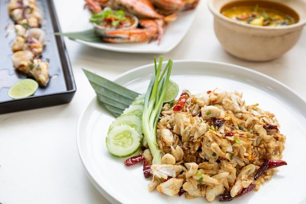 Conjunto de menu popular de frutos do mar tailandês na mesa branca