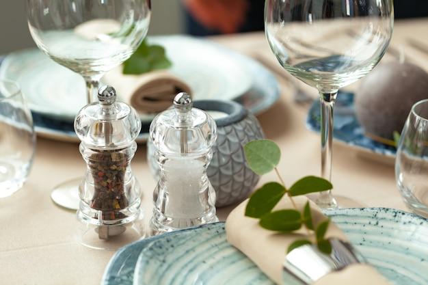 Conjunto de mesa com velas e galhos de plantas