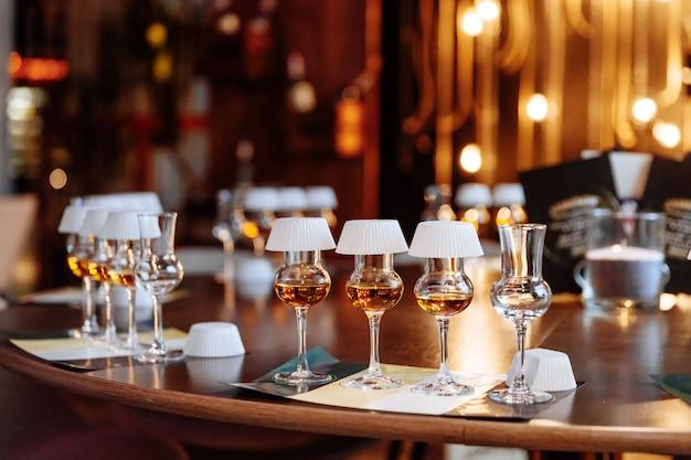 Conjunto de mesa de copos cheios de álcool para degustação