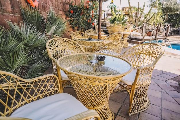 Conjunto de mesa de terraço e cadeiras de vime