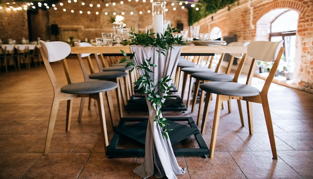 Conjunto de mesa elegante, mesas e cadeiras em restaurante