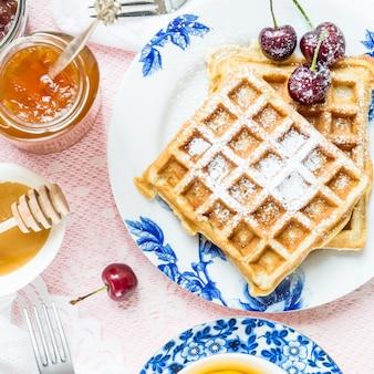 Conjunto de mesa para café da manhã com waffles e frutas