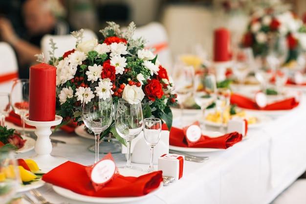 Conjunto de mesa para casamento ou outro evento servido jantar.