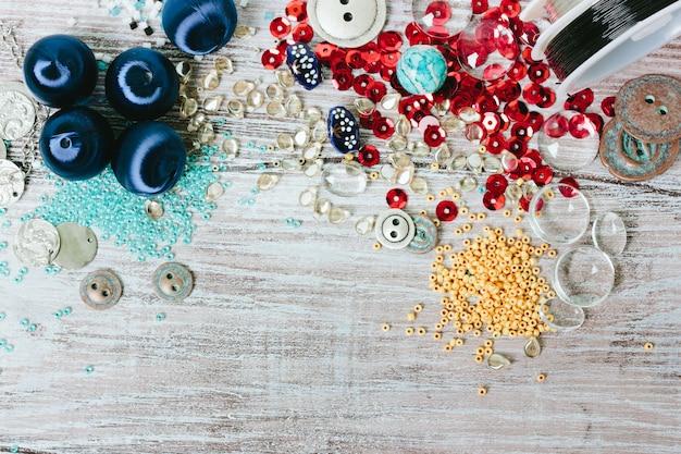 Conjunto de miçangas multicoloridas. vista do topo