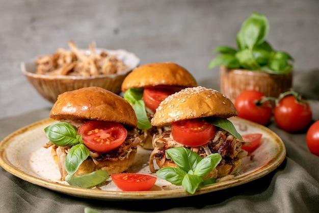 Conjunto de mini hambúrgueres caseiros com guisado