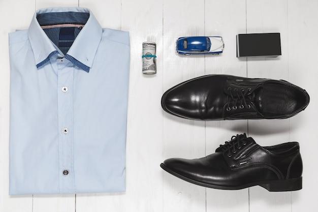Conjunto de moda de acessórios para empresário, vista superior em fundo branco de madeira