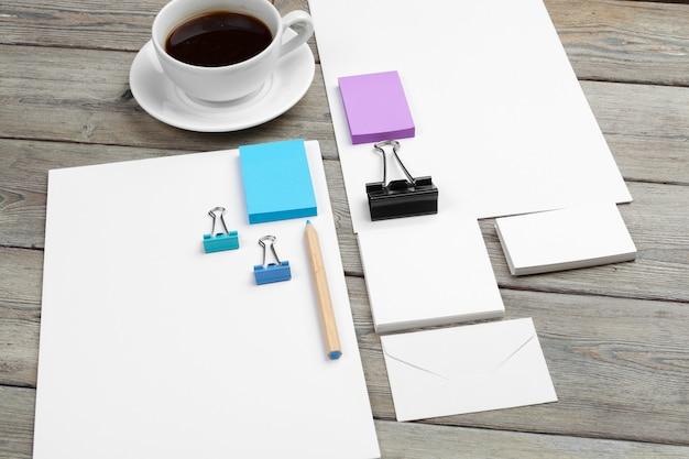 Conjunto de modelo de identificação, caderno e xícara de café