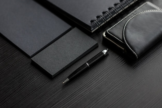 Conjunto de modelos negros na mão escura, feminina, segurando um cartão de visita
