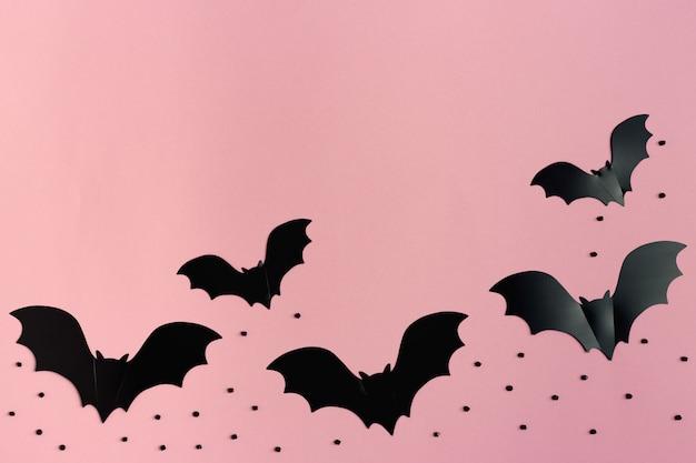Conjunto de morcegos de papel preto na rosa, cartão de dia das bruxas.