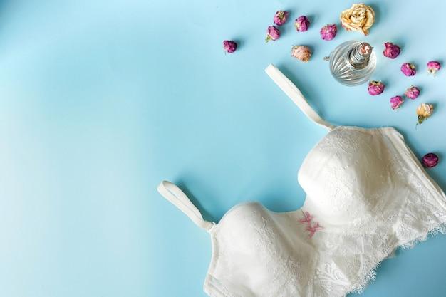 Conjunto de mulher essencial acessório e roupa interior plana leigos. copie o espaço