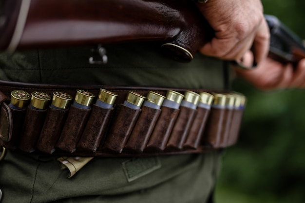 Conjunto de munição de equipamento de caça profissional.