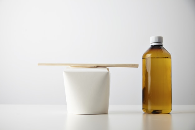 Conjunto de negócios de apresentação de varejo para viagem: garrafa de plástico marrom transparente com bebida