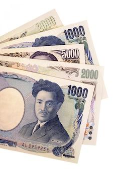 Conjunto de notas de moeda iene japonês totalmente isolado contra branco