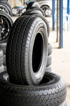 Conjunto de novos pneus modernos na loja. venda um pneu na loja no fundo.