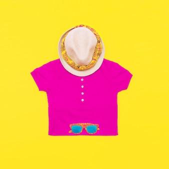 Conjunto de óculos de t-shirt brilhante e chapéu em fundo amarelo. estilo havana