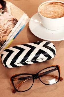 Conjunto de óculos, loja de óptica, plana leigos. blogger, conceito de empresária.