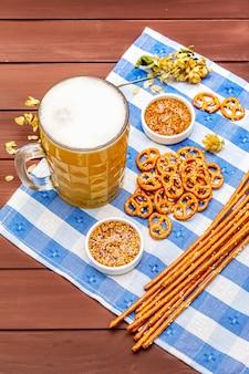 Conjunto de oktoberfest. cerveja light, pretzels, mostarda, palha de gergelim, lúpulo.