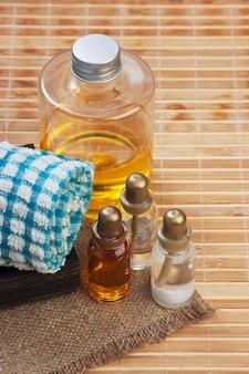 Conjunto de óleos cosméticos para um spa em uma caixa de madeira
