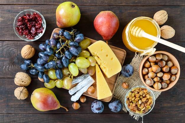 Conjunto de outono de produtos na mesa de madeira