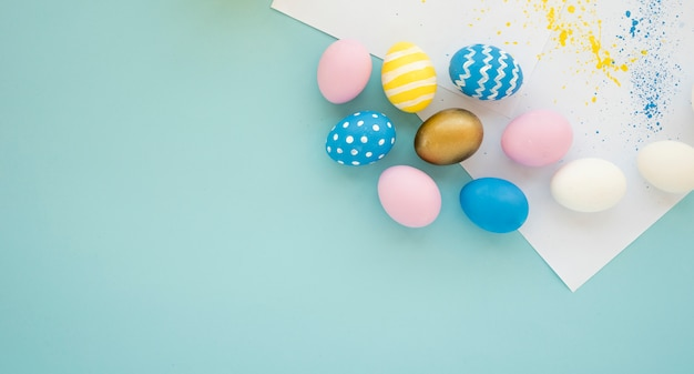 Conjunto de ovos brilhantes perto de papéis