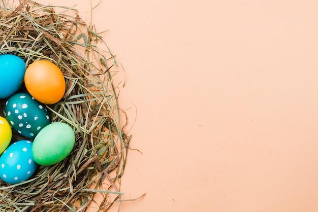Conjunto de ovos de páscoa brilhantes no ninho