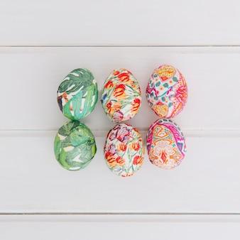 Conjunto de ovos de páscoa coloridos na mesa