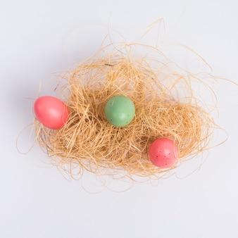 Conjunto de ovos de páscoa entre feno
