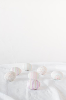 Conjunto de ovos de páscoa na luz têxtil