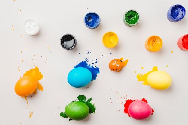 Conjunto de ovos de páscoa perto de cores de água