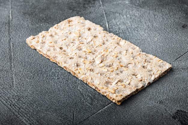 Conjunto de pães crocantes, na mesa de pedra cinza